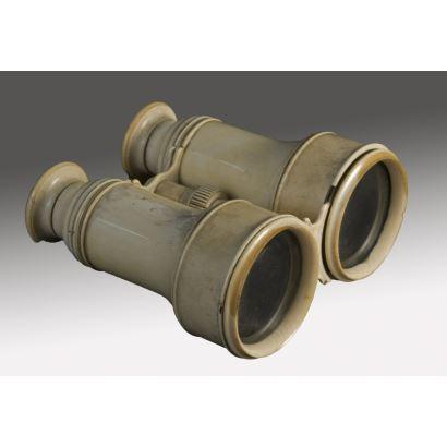 Magníficos Binoculares antiguos realizados en marfil, cuentan con rueda de enfoque. Presentan pequeños desperfectos. 13x12x6cm.