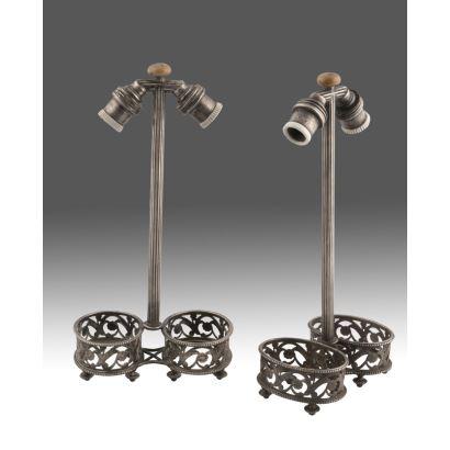 Pareja de lámparas de la firma CHRISTOFLE, con baño de plata. Marca en base. Medidas: 25x12,5x7cm.