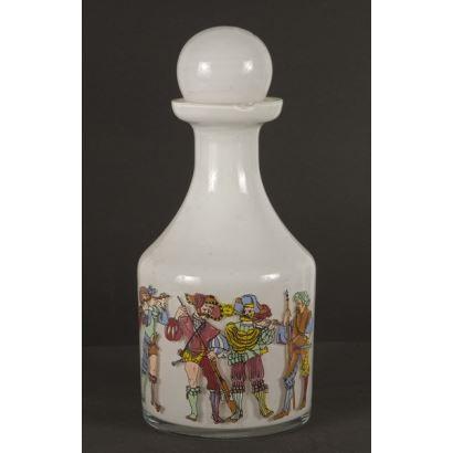 Botella realizada en opalina con tapa, la pieza de color blanco presenta en la parte inferior rica decoración grabada a color de músicos y soldados de gusto historicista. 26x10cm.