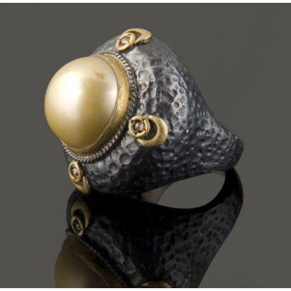 Original sortija de plata, alberga una perla golden y presenta detalles en oro amarillo de 24k y brillantes.