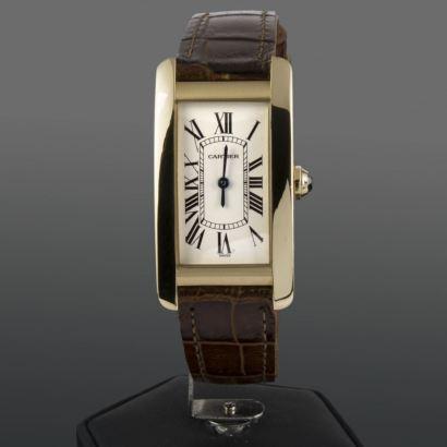 Reloj de pulsera para dama CARTIER TANK AMERICANE, con movimiento de cuarzo, caja en oro amarillo y pulsera en piel. Medida de caja:23x41x6.8mm (alto).