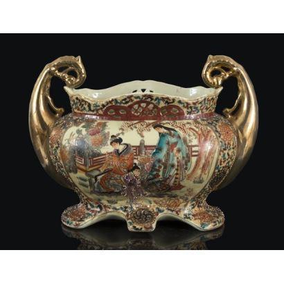 Magnífico centro realizada en porcelana china SATSUMA ricamente policromada con motivos vegetales y personajes. Años 50. 31x24cm.