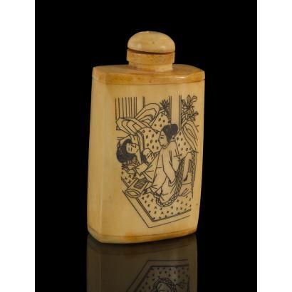 Frasco esenciero tallado en hueso con tapa, está ricamente decorado con dos escena eróticas orientales. 8x4cm.