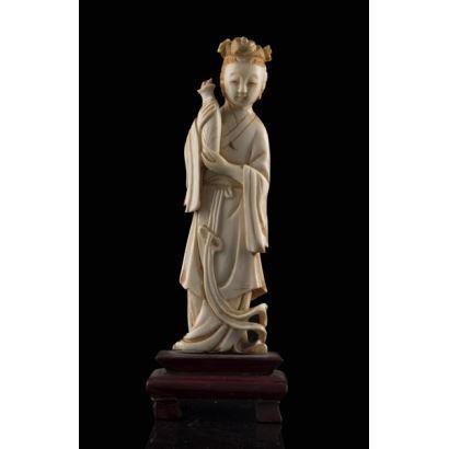 Talla de marfil (con certificado de la Federación de anticuarios) que representa a una geisha portando un jarrón. 16x6cm/13x4cm