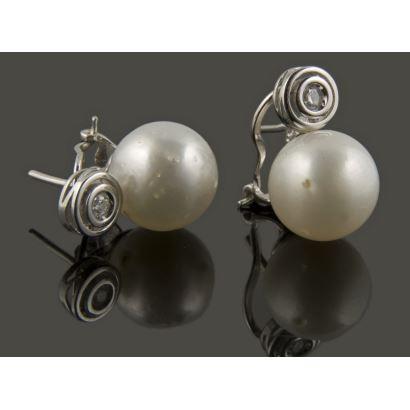 Finos pendientes de oro blanco de 18k que albergan en su estructura superior brillantes 0.08cts de las que penden perlas australianas de 11'5mm de calibre