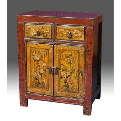Magnífica cómoda china en madera lacada, con doble puerta abatible y cajones. s.XVIII. Medidas: 71x44x90cm.
