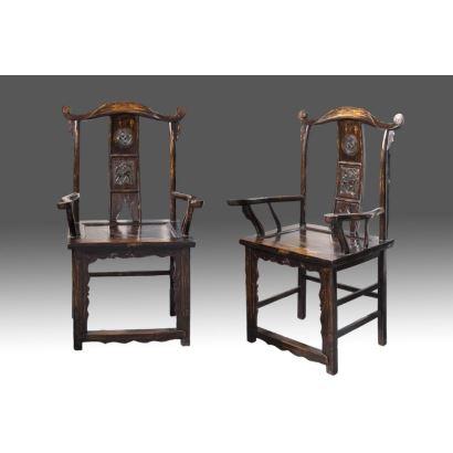 Pareja de sillas chinas antiguas, en madera con rica decoración calada en respaldo y doble brazo. s.XIX. Medidas: 64x50x118cm.