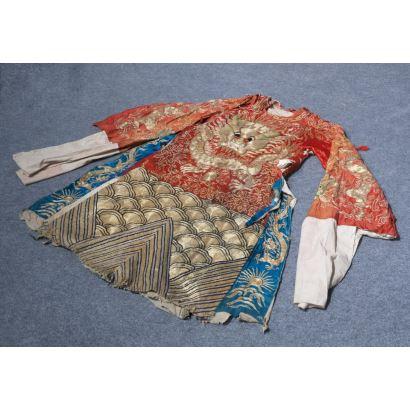 Magnífico uniforme de funcionario chino antiguo, ricamente bordado con hilo dorado mostrando la imagen del célebre dragón chino. Medidas: 138x67cm.