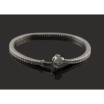 Importante pulsera articulada de oro blanco, compuesta por una hilera de diamantes en talla princesa y rosetón de brillantes en cierre (6,97cts).