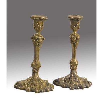 Pareja de candeleros franceses realizados en bronce dorado de estilo modernista. Medidas: 25x14cm.