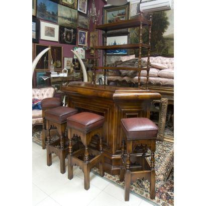 Barra bar realizada en madera de roble de la casa VALENTI, años 50, formada por una elegante barra con decoración geométrica y cuatro taburetes. Barra: 105x173x70cm.