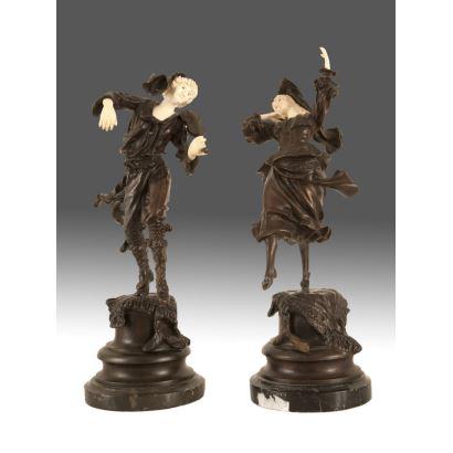 Bella pareja de figuras crisolefantinas realizadas en bronce pavonado y marfil, sobre pena de mármol y madera, se trata de una pareja de músicos. c.1900. Altura sin peana: 24cm.