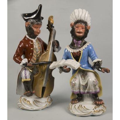 Magnífica pareja de porcelana que representa a dos simpáticos monos músicos estilo Sévres, 33cm alturax12cm