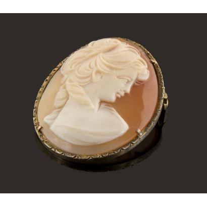 Elegante camafeo realizado en ágata, en él contemplamos un busto femenino de perfil de gusto clásico. 4x3cm.
