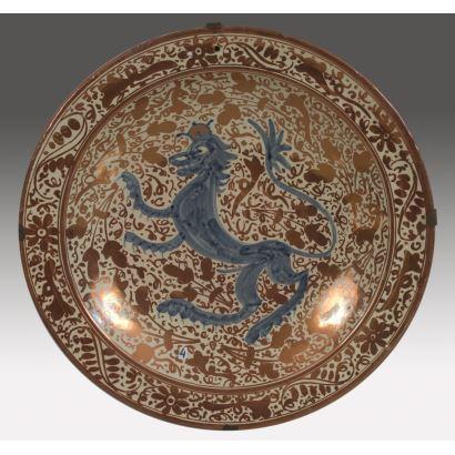 Excepcional pala para servir alimentos  realizada en plata con asa de marfil, la pala presenta una elegante decoración incisa de roleos. Marcas en pala.  31x5,5cm.