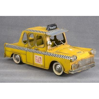 Magnífica reprocucción de un Taxi Neoyorquino, la pieza metálica está ricamente policromada en amarillo y negro con curiosos detalles en puertas e interior. 27x12x12cm.