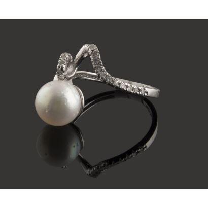 Sortija de oro blanco, con original diseño que alberga brillantes (0,21cts) y una perla australiana de 9,5mm.