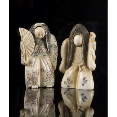 Curiosa pareja de Netsukes tallados en marfil, representan a dos personajes teatrales con rostro giratorio. 5x3,5cm.