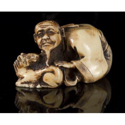 Antiguo Netsuke tallado en marfil