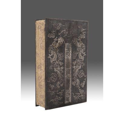 Antiguo libro budista con piezas  de jade. Medidas: 23x14x5cm.