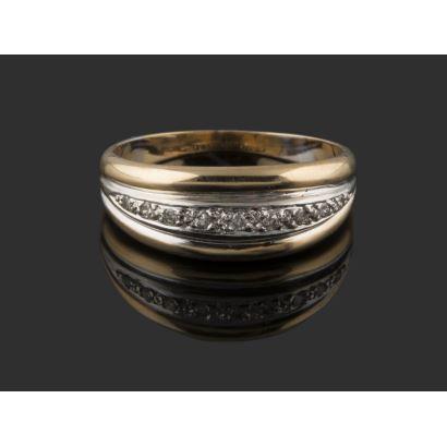 Elegante sortija modelo romano en oro bicolor de 18K, con frontis presidido por un arco en oro blanco de 18K con 9 diamantes, rematada por gallones elevados. Peso: 4,24 gr.