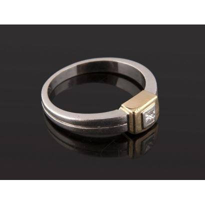 Elegante anillo solitario de oro bicolor de 18K presidido por diamante central talla princesa de 0,10 quilates. Peso: 4,58 gr