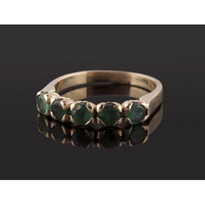 Bonito anillo cinquillo de oro amarillo 18K de diseño clásico con 5 esmeraldas talla redonda. Peso: 3,18 gr .