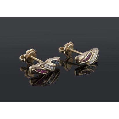 Pendientes de oro 18K finamente decorados con hileras de rubís, zafiros y diamantes talla brillante. Cierre a rosca. Peso: 4,92 gr.