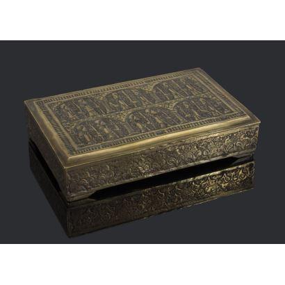 Cajita metálica rectangular con tapa abatible, con rica decoración repujada y grabada con motivos geométricos. 14x3x10cm.