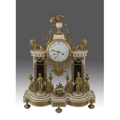 Extraordinario Reloj Imperio de sobremesa del Siglo XVIII. Destacan las estructuras arquitectónicas en mármol sobre las cuales resaltan las molduras y esculturas clásicas en bronce dorado al mercurio. 77x60x20cm