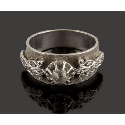 Sortija de oro blanco, decorada con numerosos diamantes en talla antigua. Diamantes: 0,40cts. 8,1g. 17mm.