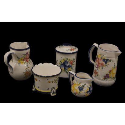 Se trata de un conjunto de cerámica de 5 piezas pintadas a mano, con ornamentación de motivos florales.