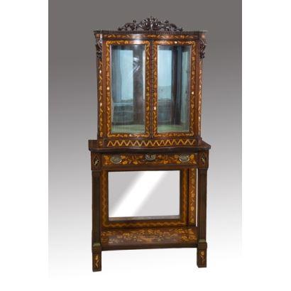 Bella vitrina  Holandésa en Caoba, tallada con marquetería de maderas finas e incrustaciones de nácar, finales del XIX. 161,5x80,5x43 cm
