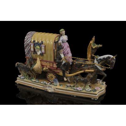 Curiosa figura en porcelana policromada de gusto costumbrista, se trata de un carro con una familia de  gitanos tirado por un caballo. Medidas: 30x47x22cm.