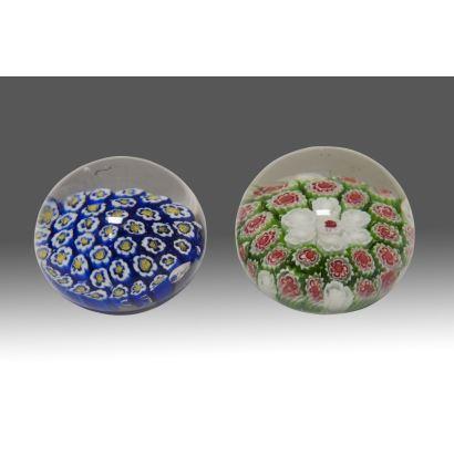 Pareja de pisapapeles MILLEFIORI  en cristal de Murano. Medidas: 5,5x8cm y 5,5x8cm.