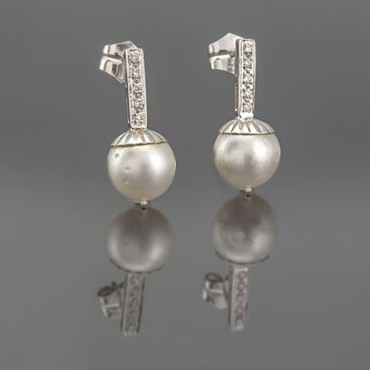Par de pendientes largos fabricados en Oro Blanco y diamantes, con perla de 11 mm. Peso diamante 0,20 kts. Peso Total 6 grs.