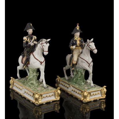 Pareja de figuras en porcelana policromada en las que contemplamos dos soldados a caballo ataviados con uniforme militar. Medidas: 40x30x15,5cm.