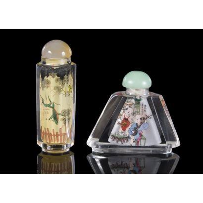 Pareja de frascos chinos pintados bajo cristal decorados con motivos orientales, uno de ellos presenta forma triangular y el otro tubular. pp.s.XX. Altura: 8,5cm y 6cm.
