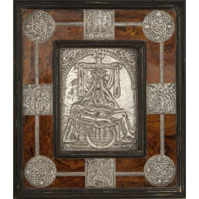Cuadro en carey con plata en marco de madera y escena central.