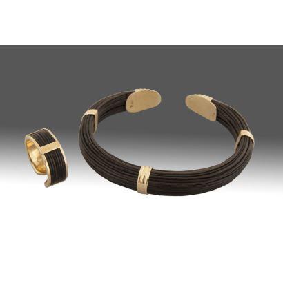 Conjunto de pulsera y sortija de pelo de elefante y oro amarillo. Ambos ajustables. Sortija: 17mm. Peso: 22,6g.