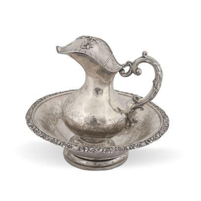 Juego de aguamanil en plata. MARTIAL FRAY (activo mediados S. XIX), Francia. Marcas en las dos piezas. Peso: 2146 g. Medidas: 31 x 35,5 cm.