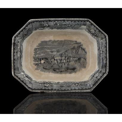 Plato rectangular realizado en loza estampada de Cartagena del siglo XIX,  decorado con escena campestre. Leves desperfectos. Marca en base. Medidas: 24x18,5x5cm.