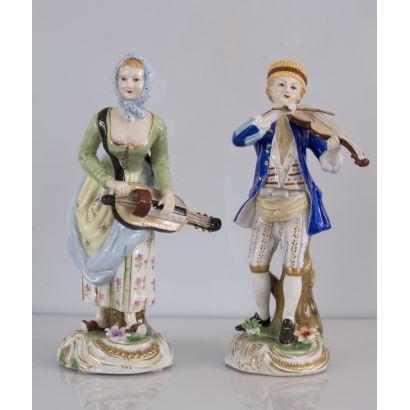 Pareja de figuras realizadas en porcelana policromada de gusto.