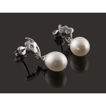 Pendientes de oro blanco y brillantes (0,06cts), con perla perilla que pende de motivo floral.