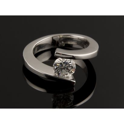Impresionante anillo solitario de oro blanco de 18K de diseño vanguardista, que sujeta firmemente un diamante talla brilante de 1,23 quilates de muy buena calidad (G-VS2). Peso: 9,88 gr. Medida: n.15. Se adjunta certificado gemológico del diamante.