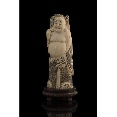 Talla de marfil dotada de gran expresividad, representa a Buda sonriente de pie, rica policromía en kimono. Con certificado de antigüedad. Alto: 21cm.