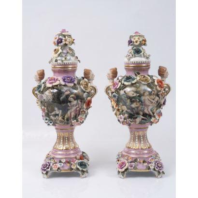Pareja de jarrones en porcelana esmaltada con decoración floral en relieve, decorados en cuerpo central con doble escena.