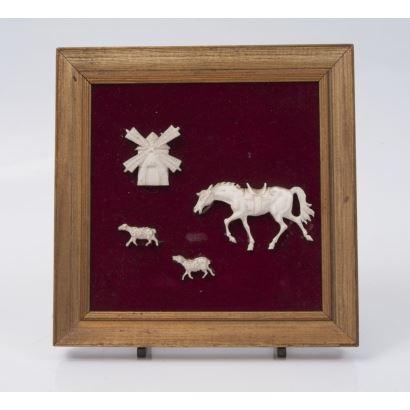 Marco con cuatro placas de marfil tallado en bajorrelieve con forma de molino, caballos y ovejas. Marco: 20x20cm.
