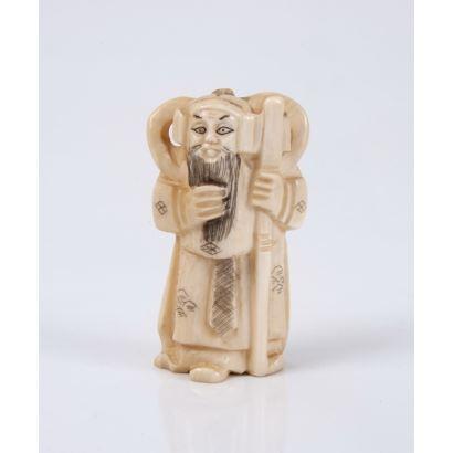 Netsuke tallado en marfil. Representa célebre figura bélica oriental.