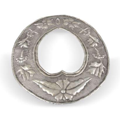 Marco oval realizado en plata repujada con motivos vegetales, marco interior con forma de corazón. SS. XVIII-XIX. Medidas: 20x16cm.
